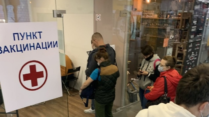 «Сказали, что на меня вакцины от ковида не хватит»: мобильные пункты в Новосибирске не смогли принять всех желающих