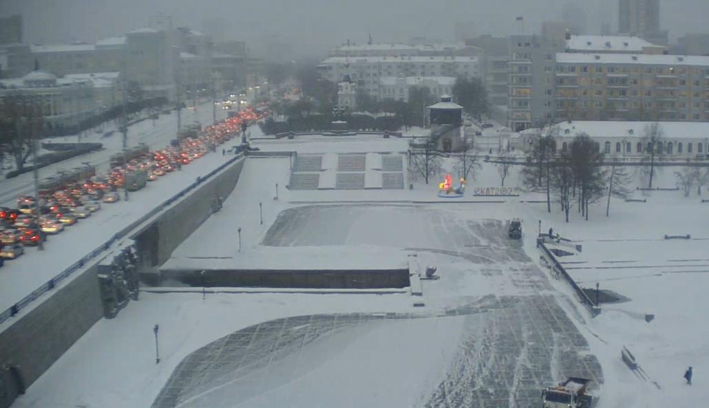 На веб-камере видно, что в 9:45 движение на Плотинке было сильно затруднено