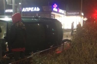 В Волгограде водитель Skoda протаранил торговый павильон