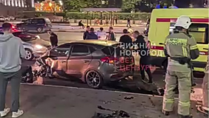Ночное ДТП: водитель врезался в здание речного вокзала на Нижне-Волжской набережной