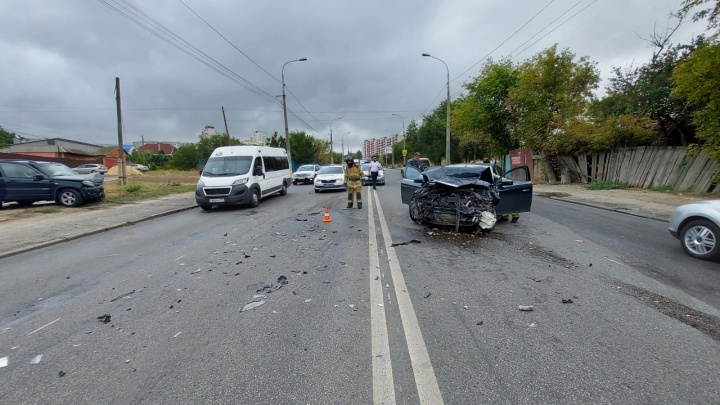 Обе машины в хлам: три человека пострадали в лобовом столкновении в Советском районе Волгограда