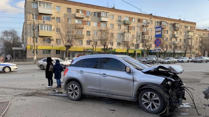 В больнице один из водителей и пассажир: видео с места серьезной аварии на ТЮЗе в Волгограде