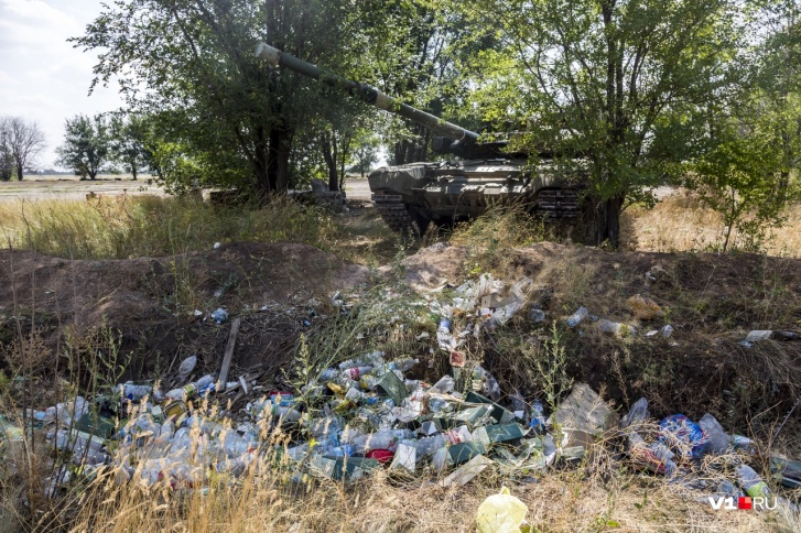 """Рядом с боевой машиной - невероятное количество мусора, в том числе с символикой """"Военторга"""""""