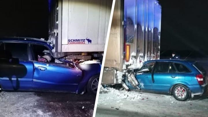 Смертельное ДТП на новосибирской трассе: «Мазда» залетела под грузовик