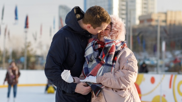 Это точно любовь: смотрим, как волгоградцы на катке отмечали День всех влюбленных
