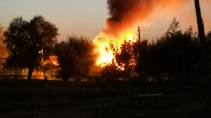 Сгорел дом и автомобиль: спасатели озвучили причину страшного пожара в Кировском районе Волгограда
