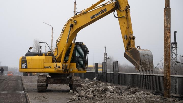 Тяжелая техника заняла мост на Малиновского: как он выглядит в день закрытия