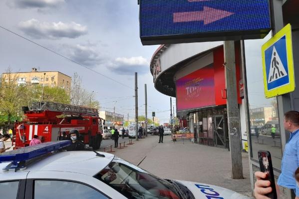 Полицейские проверяют здание