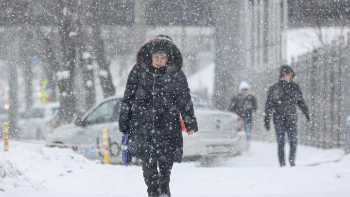 В ГИБДД призвали автомобилистов отказаться отпоездок из-занепогоды. Смотрим, каксегодня замело Челябинск