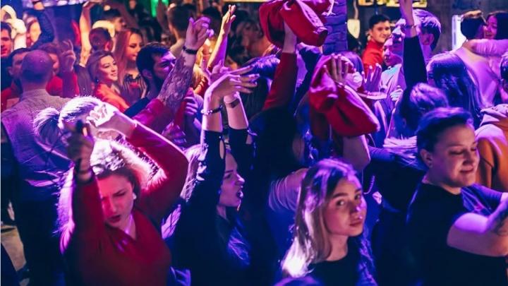 Концерт легендарного диджея перенесли на сентябрь — ради его выступления фанаты покупали билеты на самолет