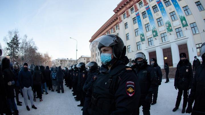 Колонна из митингующих, автозаки и ОМОН: в Тюмени прошла несанкционированная акция протеста— репортаж