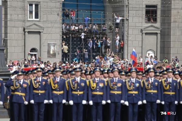"""<nobr class=""""_"""">9 Мая</nobr> лучшие места — у челябинцев, окна которых выходят на площадь Революции, а остальным приходится выкручиваться. На репетициях же всё гораздо проще"""