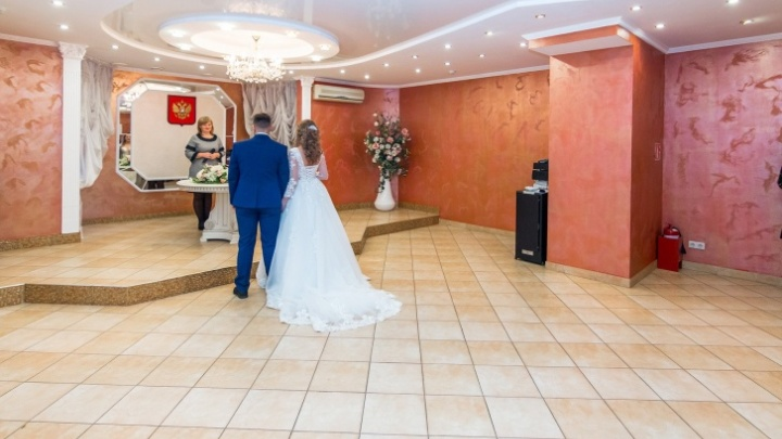 Стало известно, сколько пар в Самарской области захотели пожениться в красивую дату 28.08