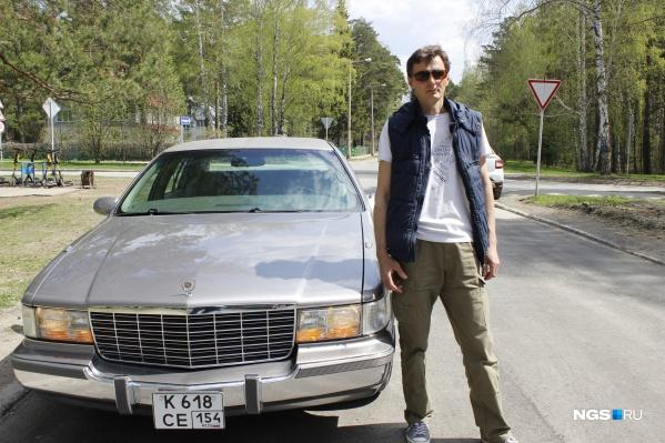 "Cadillac Fleetwood Brougham <nobr class=""_"">1995 года</nobr> выпуска и его владелец Дмитрий Кузнецов"