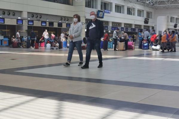 Так сейчас выглядит очередь ожидающих своего вылета туристов. Сидячих мест не так много, поэтому пассажиры с детьми устроились прямо на полу