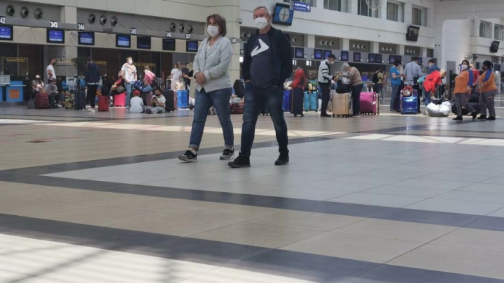 «Нет даже розеток». Новосибирец застрял в аэропорту Турции и показал, что там происходит