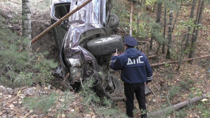 На Урале Land Cruiser вылетел с дороги, сбивая деревья на своем пути, и упал в яму
