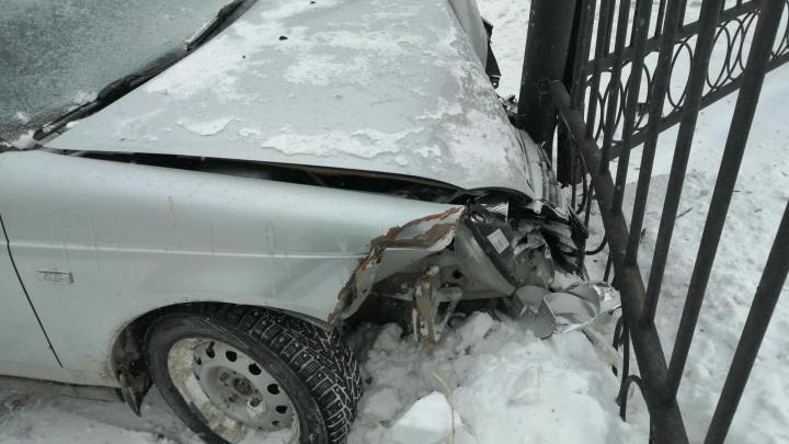 В Кургане пьяный водитель врезался в забор