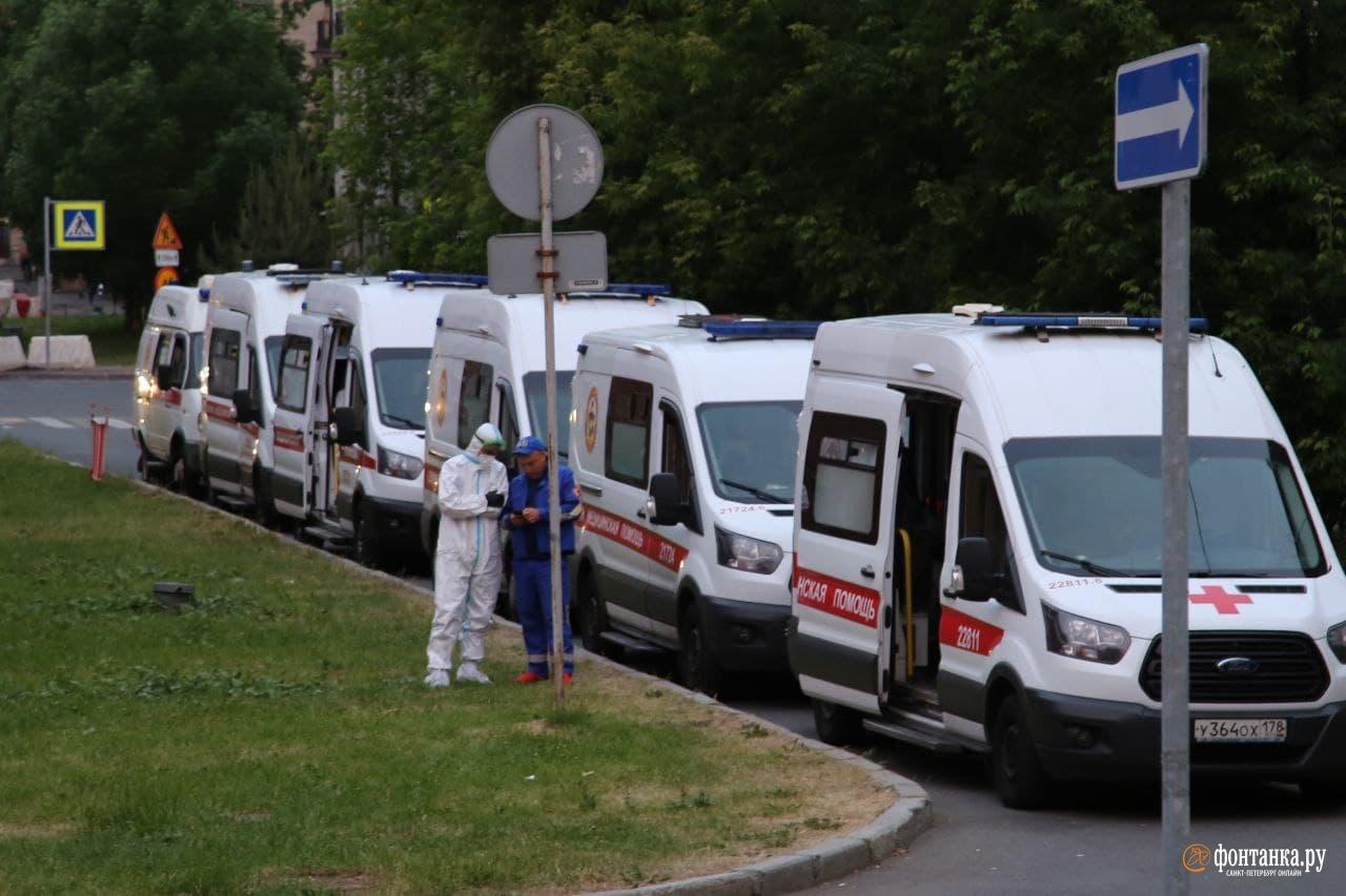 Очередь из скорых возле Покровской больницы