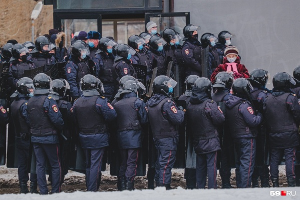 Во время второй акции на улицах Перми было выстроено усиленное оцепление полицейских