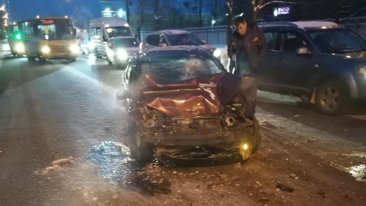 В Ярославле водитель легковушки протаранил маршрутку. Кондуктор в реанимации