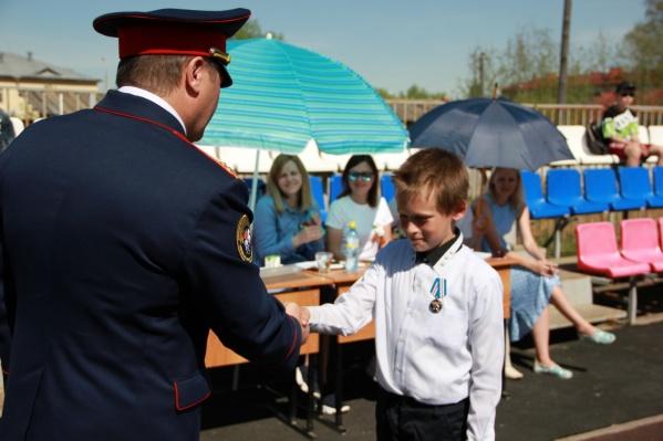 Медаль вручал начальник следкома Прикамья Сергей Сарапульцев