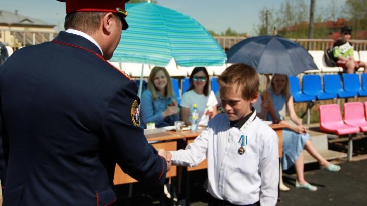 В Прикамье школьника, который спас двух утопающих девочек, наградили медалью