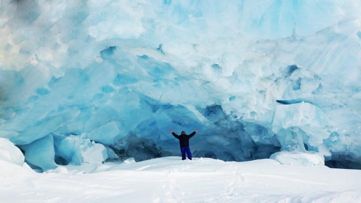 Туристам сюда нельзя: фотограф показал изнутри арктические ледники Поморья и пещеру, где бывал Путин