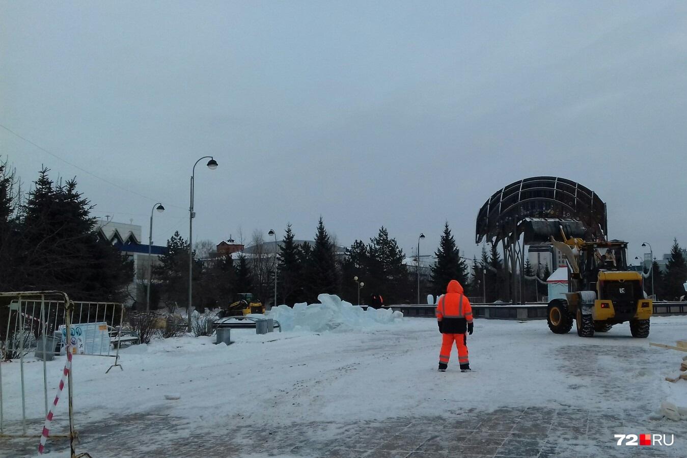 Ледяные фигуры разбивают на блоки и скидывают в грузовик