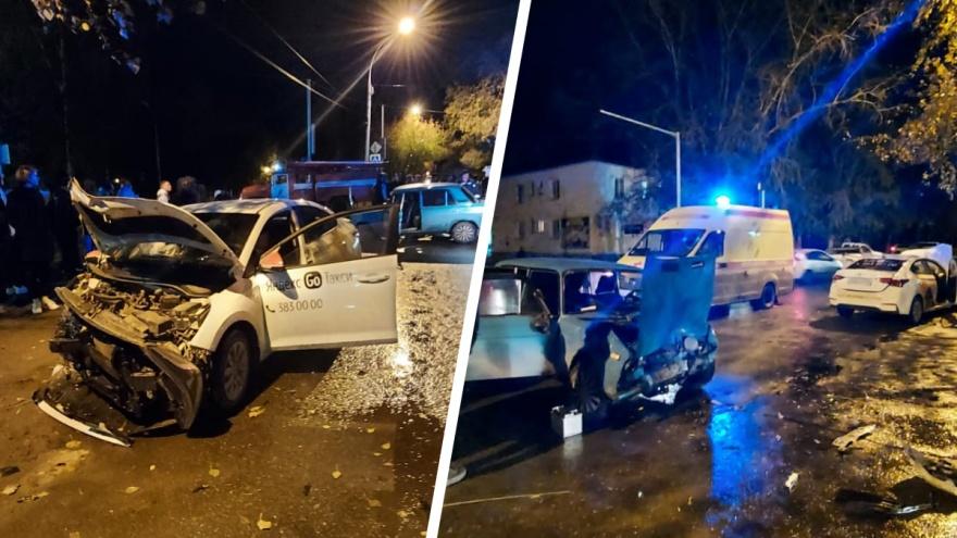 В Новосибирске автомобиль такси врезался в «Жигули» — три человека в больнице