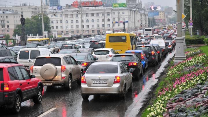 Ищите пути объезда: проспект Ленина встал в пробку из-за неработающего светофора