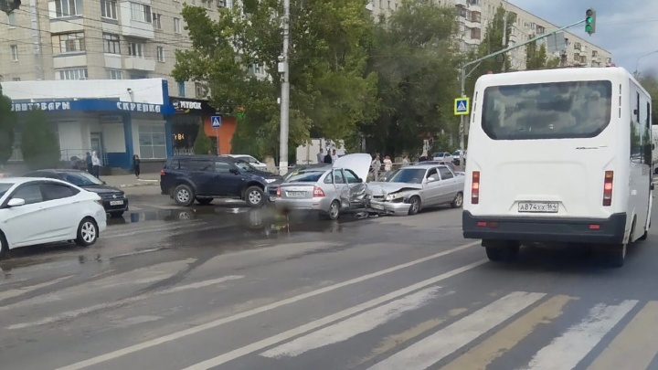 Капоты всмятку: на севере Волгограда лоб в лоб столкнулись два ВАЗа