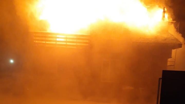 Во время пожара под Тюменью инспекторы ГИБДД спасли четырех человек