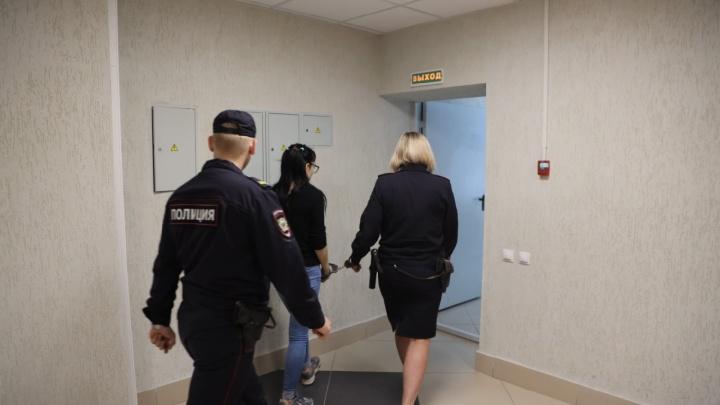 Мать, которая уронила трехлетнюю дочь с балкона, арестовали: фото из здания суда