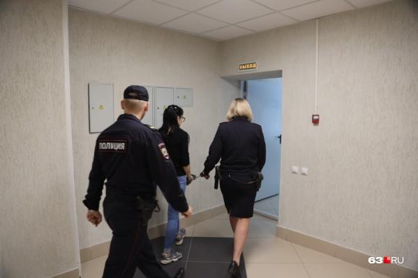 В суд девушку доставили под конвоем