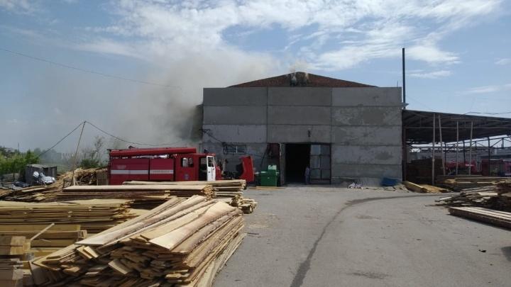 Спасателя, упавшего с крыши во время пожара в Старом Кировске, выписали из больницы