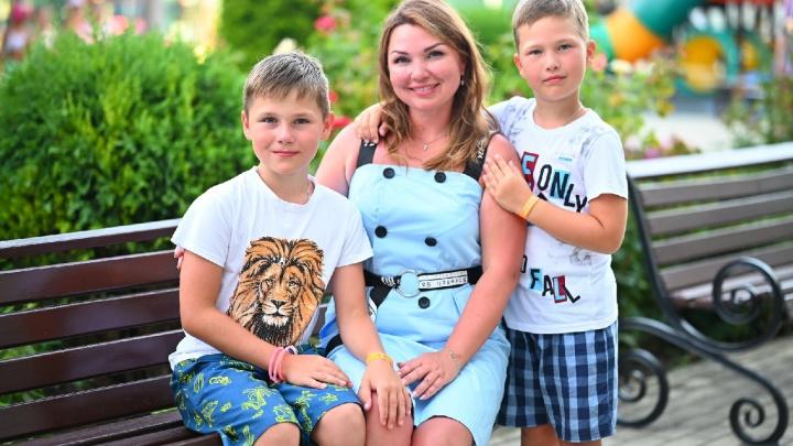 «Прокалывает пальцы 15 раз в день»: родители детей с диабетом просят власти купить безболезненные датчики