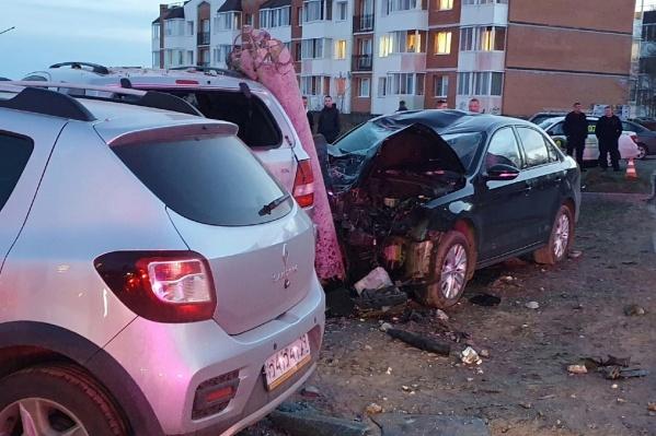 Водителю, который не справился с управлением, медицинскую помощь оказали на месте аварии