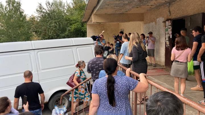 У дома подозреваемого в убийстве Насти Муравьёвой собралась толпа. Люди требуют показать задержанного — видео