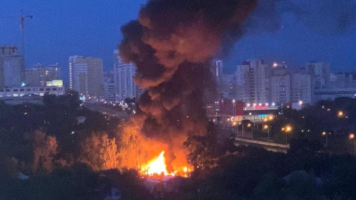 «Слышны взрывы»: в Екатеринбурге крупный пожар в частном секторе. Видео