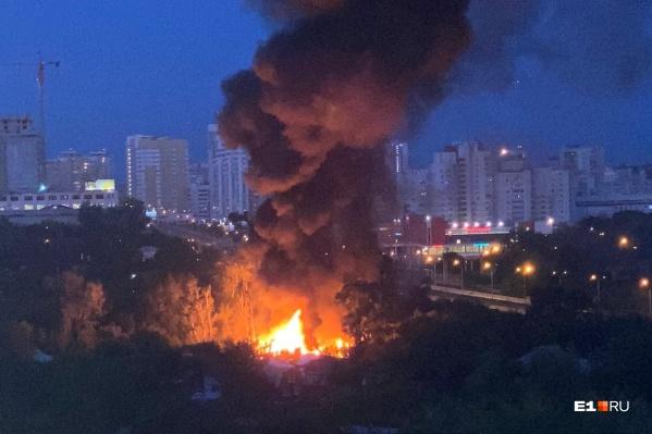 Огонь распространился на два частных дома и надворные постройки