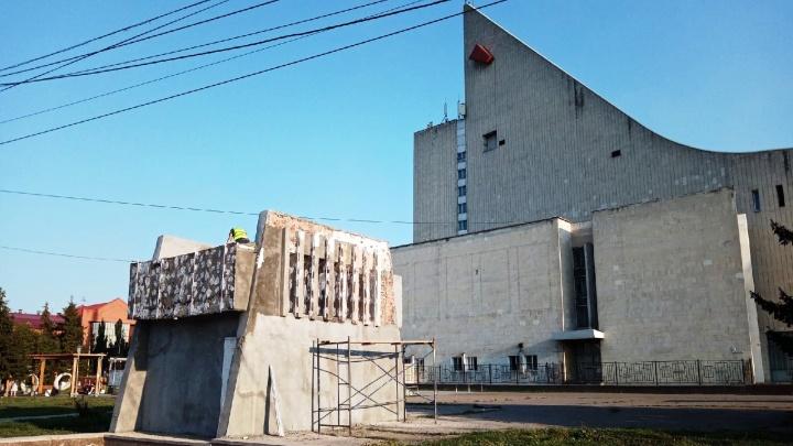 «Это будет темное пятно на темном газоне»: архитектор — о граффити у музтеатра