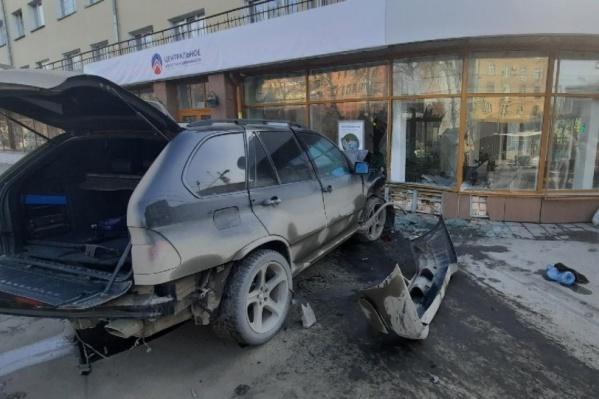 BMW X5 влетел в стену агентства недвижимости «Центральное»