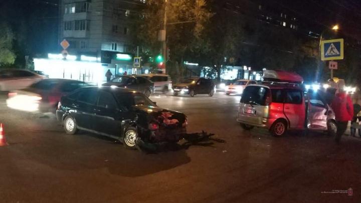 В Краснооктябрьском районе Волгограда столкнулись две легковушки. Есть пострадавшие