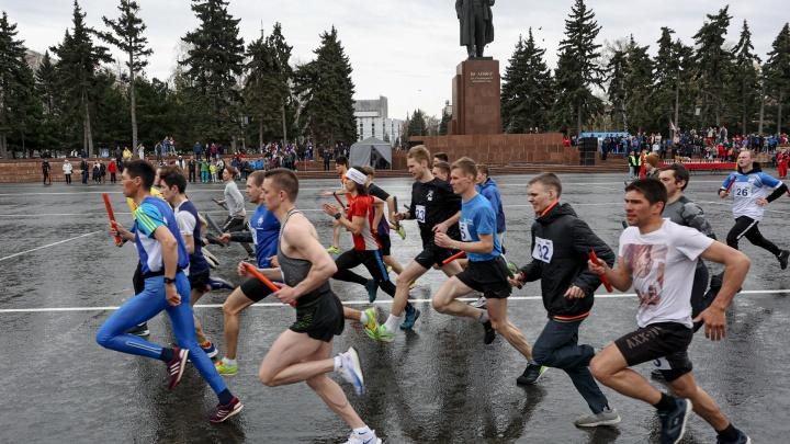Забег под дождем: в Челябинске проспект Ленина на несколько часов превратили в спортивную трассу