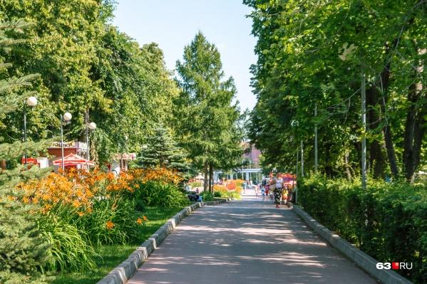 Загородный парк представляет собой большую зеленую зону с пешеходными дорожками