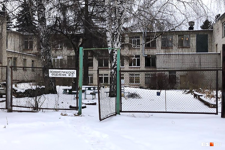 Здания больницы, судя по внешнему виду, нуждаются в капитальном ремонте