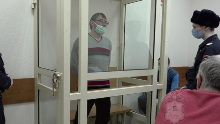 В Перми грабитель ударил продавца косметики ножом в лицо. Видео