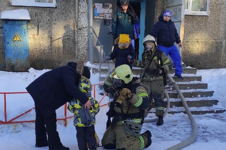 Спасатели, которые эвакуировали малыша (на фото) и его маму