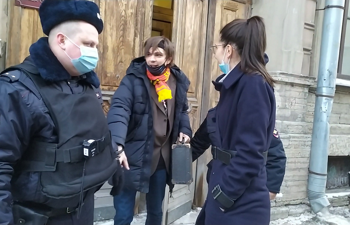 Слава Машнов-Гнойный-КПСС (в центре) на выходе из Куйбышевского районного суда Петербурга